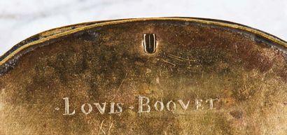 Boîte ovale en laiton gravé représentant, sur la face, la Crucifixion et la Mise...