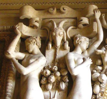 Tête de femme cariatide en stuc avec engobe blanc. Tête ovale à l'expression impassible...