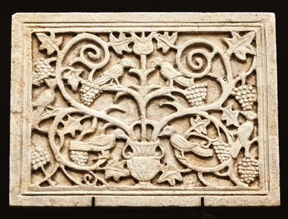 Plaque en pierre de travertino sculptée en...