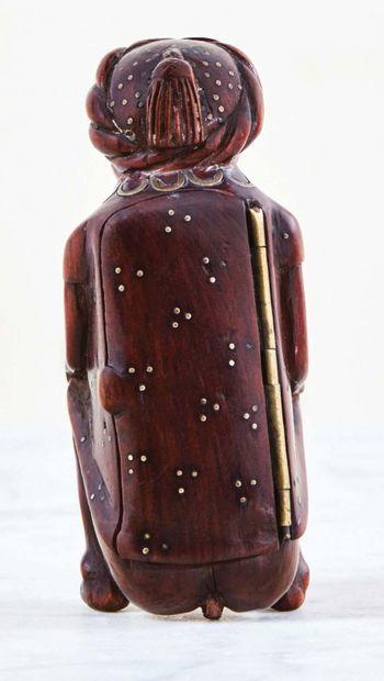 Tabatière en bois fruitier sculpté avec incrustations de laiton représentant un...