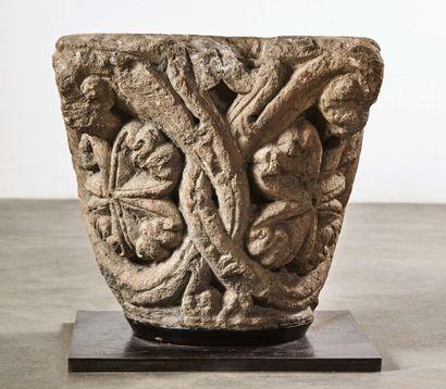 Chapiteau en pierre calcaire sculptée à décor...