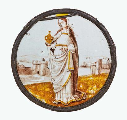 Rondel peint en grisaille et jaune d'argent représentant sainte Madeleine, debout...