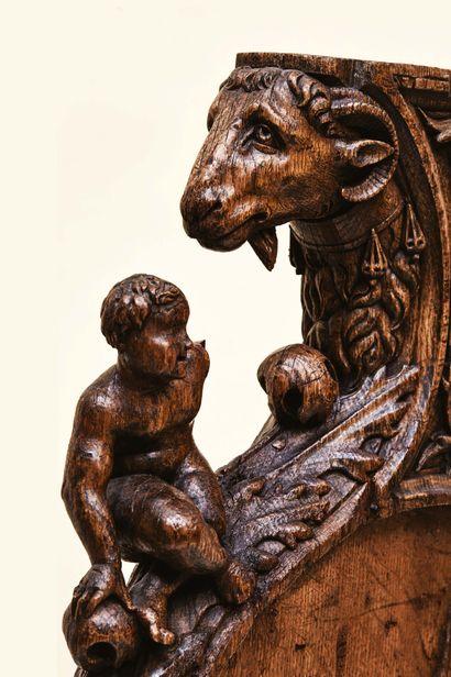 Parclose en chêne sculpté à décor d'une tête...