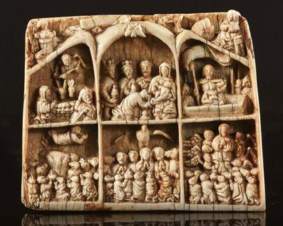 Plaque en ivoire profondément sculpté représentant...