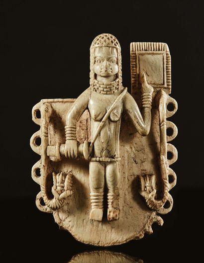 Pendentif en ivoire sculpté en fort relief...