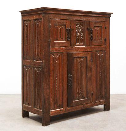 Petite armoire en chêne sculpté ouvrant à...