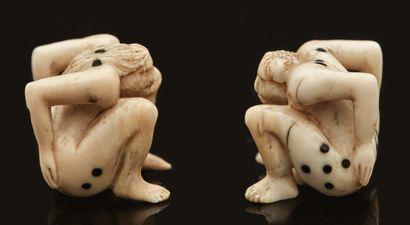 Paire de dés à jouer érotiques en ivoire...