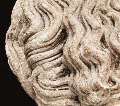 Tête d'homme barbu en pierre calcaire sculptée en ronde-bosse avec infimes traces...