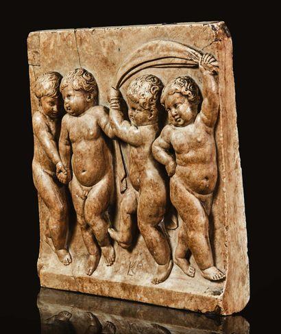 Plaque en albâtre sculpté en fort relief représentant une frise de quatre enfants....