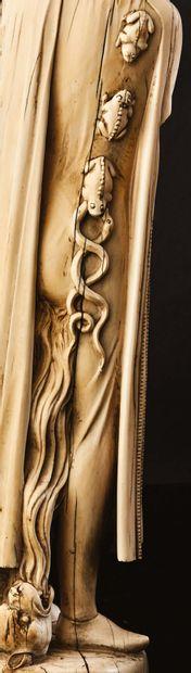 Paire de grandes statuettes en ivoire sculpté en ronde-bosse représentant le Tentateur...