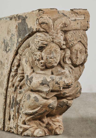 Paire de corbeaux de cheminée en pierre calcaire sculptée représentant deux couples....