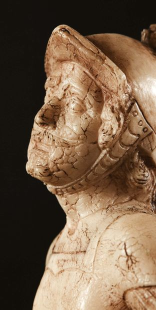 Soldat romain, Mars ?, en albâtre sculpté en ronde-bosse. Coiffé d'un casque à plumes...