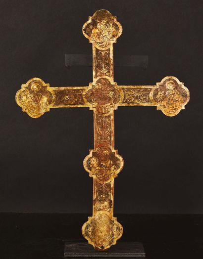 Croix d'autel en cuivre repoussé, gravé et doré avec Christ en bronze doré. Extrémités...