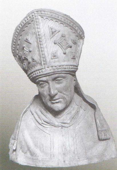 Saint Arnoul de Metz en chêne sculpté avec infimes traces de polychromie, dos ébauché....