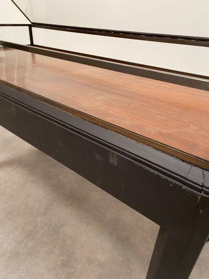 Vitrine plate Bois teinté, verre, feutrine et laiton H_95,5 cm L_152 cm P_67,5 ...