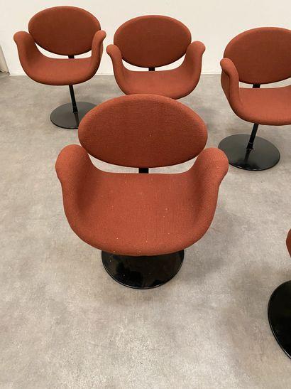 """PIERRE PAULIN (1927-2009) Suite de 6 chaises modèle """"tulipe"""" Jersey et métal laqué..."""