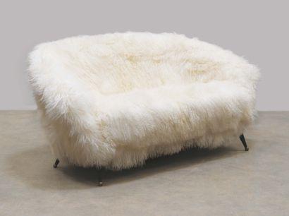 "FOLKE JANSSON (1920-2017) Sofa model ""Tellus"" Teak, brass and sheepskin Teak, brass..."