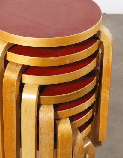 Alvar Aalto (1898-1976) Série de huit tabourets modèle «60» Hetre lamelle-colle et...