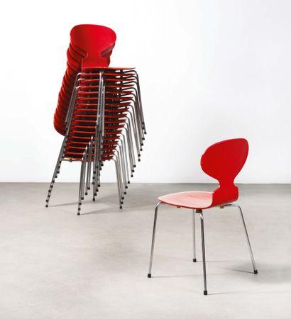 Arne JACOBSEN (1902-1971) Suite de 18 chaises série 7 modèle «Fourmis» Bois peint,...