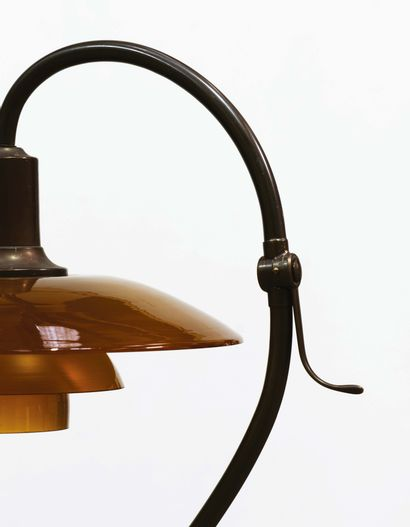 Poul Henningsen (1894-1967) Lampadaire modèle «Questionmark PH 2/2» Laiton patine...