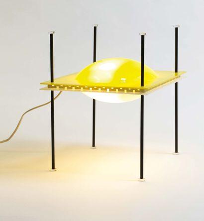 ETTORE SOTTSASS (1917-2007) Lampe «Palafitta» modèle «12639» Laiton et Plexiglas...