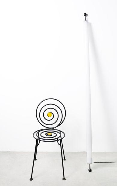 Lot comprenant une chaise métallique au décor...