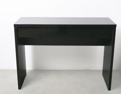 Console en bois laqué noir ouvrant à un tiroir....