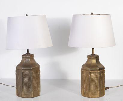 Paire de lampes à poser en céramique dorée...