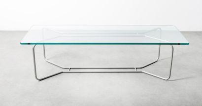 Table basse, le plateau en verre reposant...