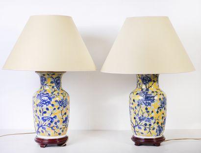 Paire de pieds de lampe en céramique à fond...