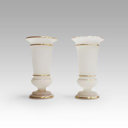 Paire de vases cornets en opaline blanche...