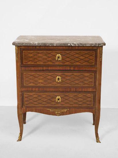 Commode à trois tiroirs en placage de bois...