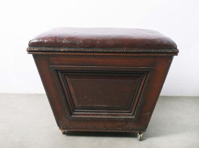 Angleterre. Tabouret formant coffre, l'assise en cuir et les montants latéraux agrémentés...