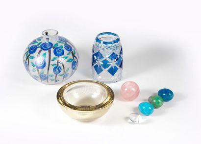 Ensemble en verre comprenant deux vases,...