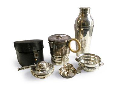 Lot en métal argenté comprenant un shaker,...