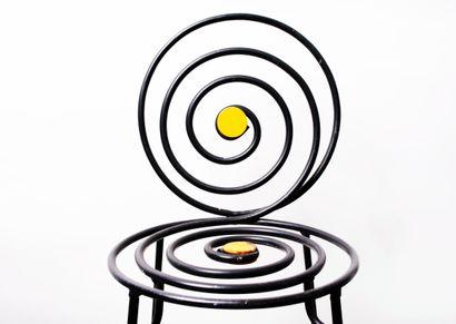 Lot comprenant une chaise métallique au décor en spirale et un néon. Néon : H_181...