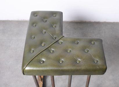 Banquette de devant de cheminée, à double assise, en cuir capitonné vert et laiton...