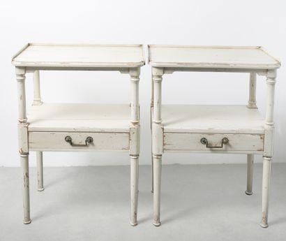 Paire de chevets en bois laqué blanc. H_75...