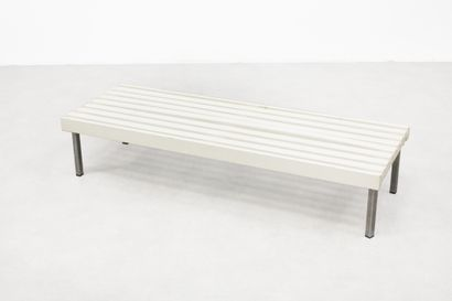 Banc en bois blanc et métal chromé. H_29...