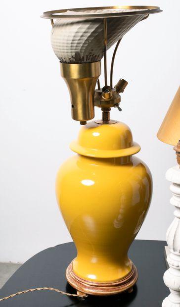 Ensemble de quatre pieds de lampe dont deux en céramique dans le goût de la Chine....