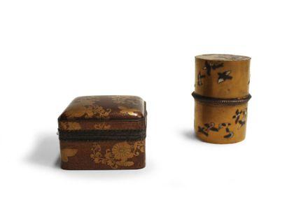 JAPON. Lot comprenant une boîte en bois laqué...