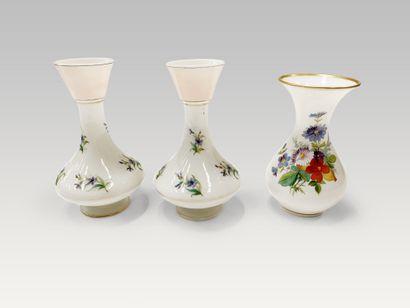 Paire de vases en opaline au décor végétal,...