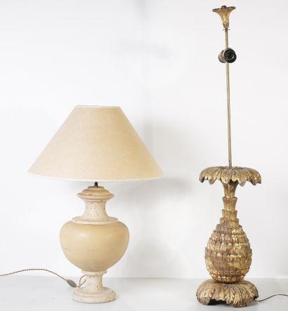 Lot de deux lampes - l'une ananas en bois...
