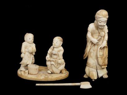 Okimono en ivoire, personnage debout portant...