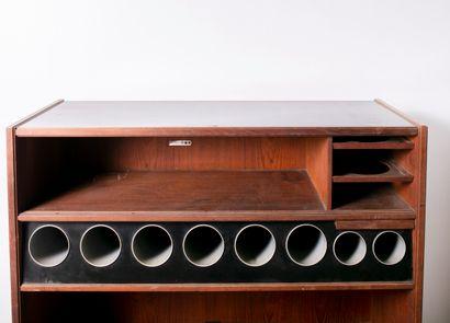 Bar en bois naturel, on y joint deux tabourets hauts H_115 cm L_110 cm P_40 cm Tabourets...