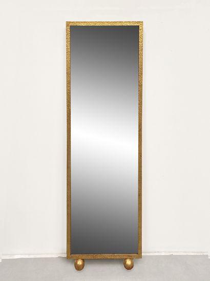 Miroir en métal doré et martelé, reposant...