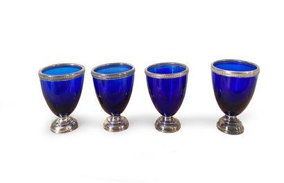 Lot de quatre verres à eau en verre bleu...
