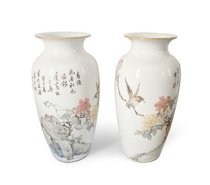 CHINE. Paire de vases en céramique émaillée...