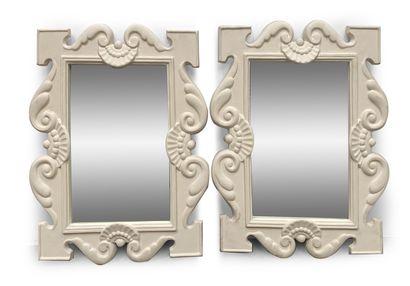 Paire de miroirs en plâtre à décor de coquilles...