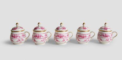 Cinq pots à crème En porcelaine rose au décor...